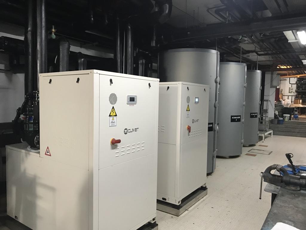 Mejora de la eficiencia energética con la renovación de la generación en instalaciones de aire acondicionado y agua caliente sanitaria mediante sistemas eficientes de enfriadoras geotérmicas.