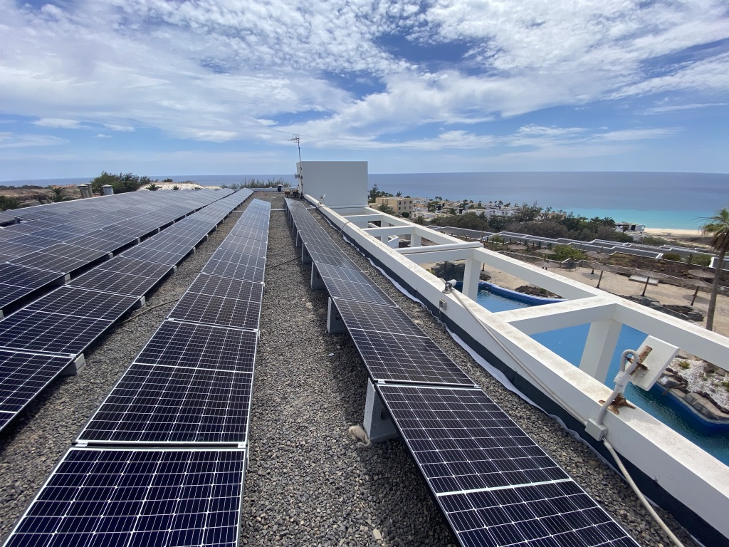 Mejora de la eficiencia energética en Hotel Alúa Village mediantela incorporación de una planta fotovoltaica de autoconsumo