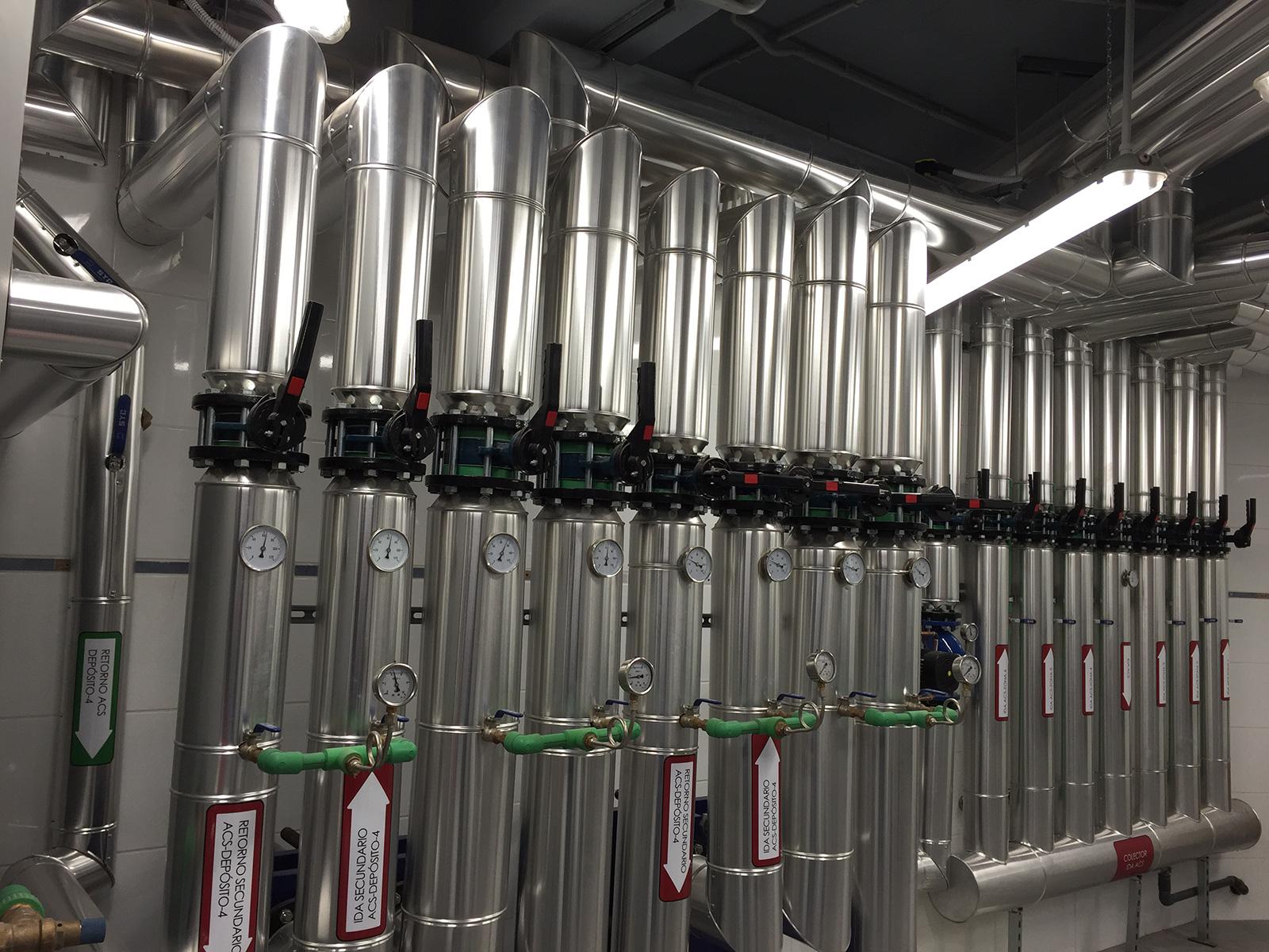 Renovación integral de las instalaciones térmicas  mediante sistema de energía solar térmica con apoyo con calderas de baja temperatura y sistema de distribución eficiente.